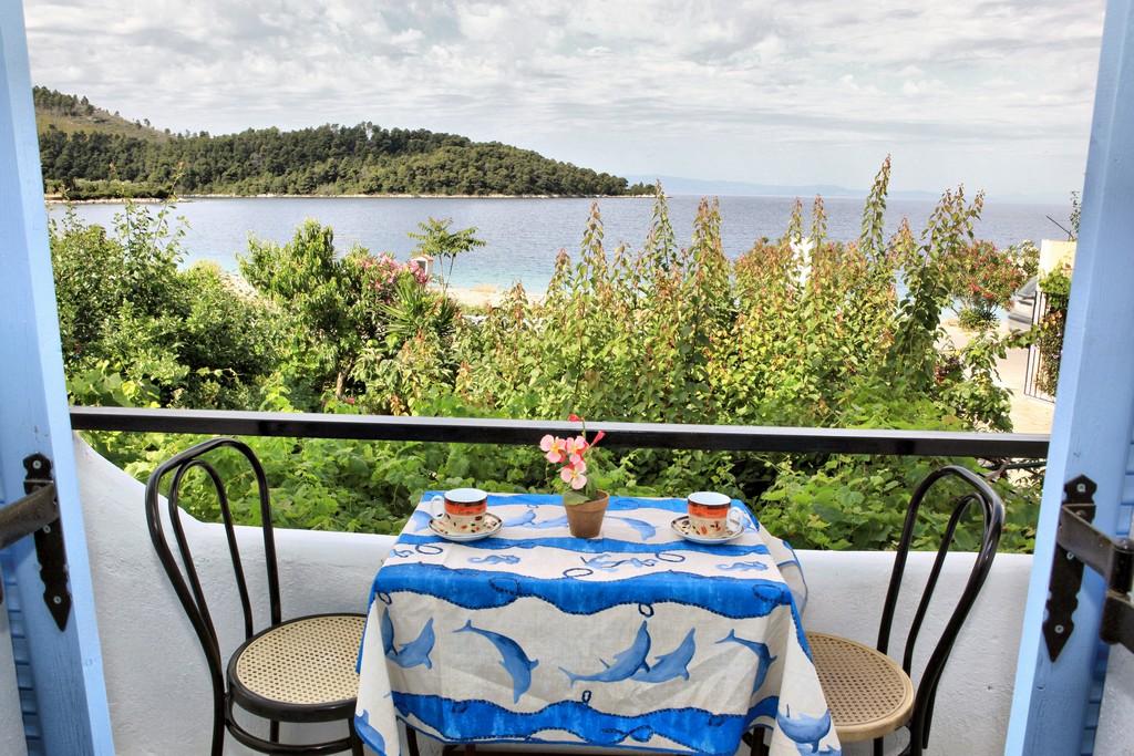 http://anastasiaskopelos.com/wp-content/uploads/2015/03/Skopelos-enoikiazomena-domatia-panormos.jpg